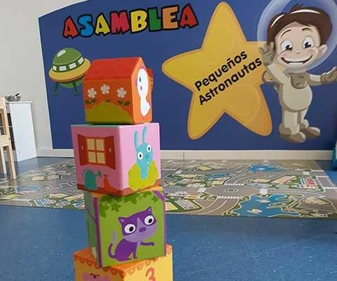 Hacer torres con bloques en la escuela infantil