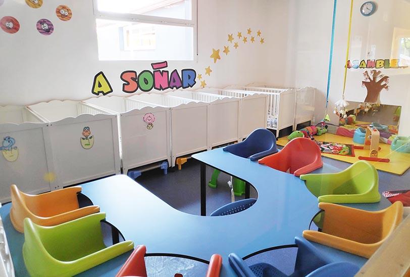 Escuela infantil en Las Rozas Pequeños Astronautas - Aula Luna - mesa en u y hamacas